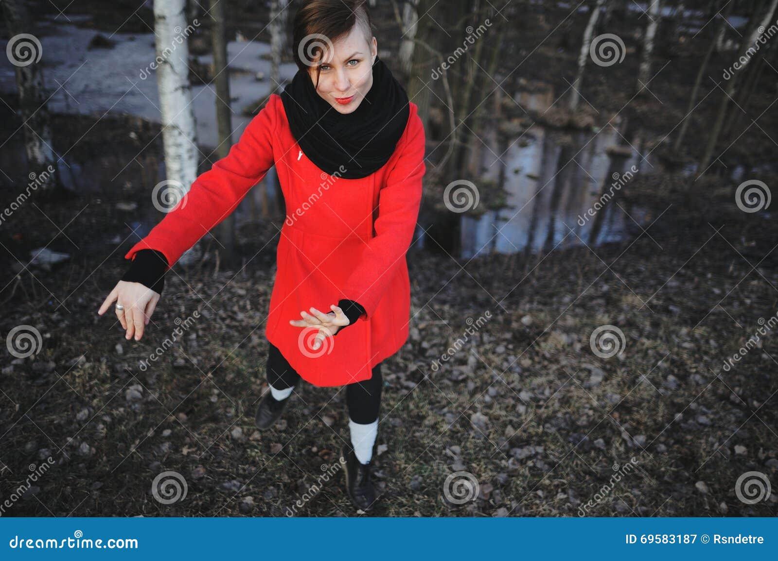飞行的高兴的愉快的妇女行动充分微笑喜悦和生命力在春天森林欧亚女性模型