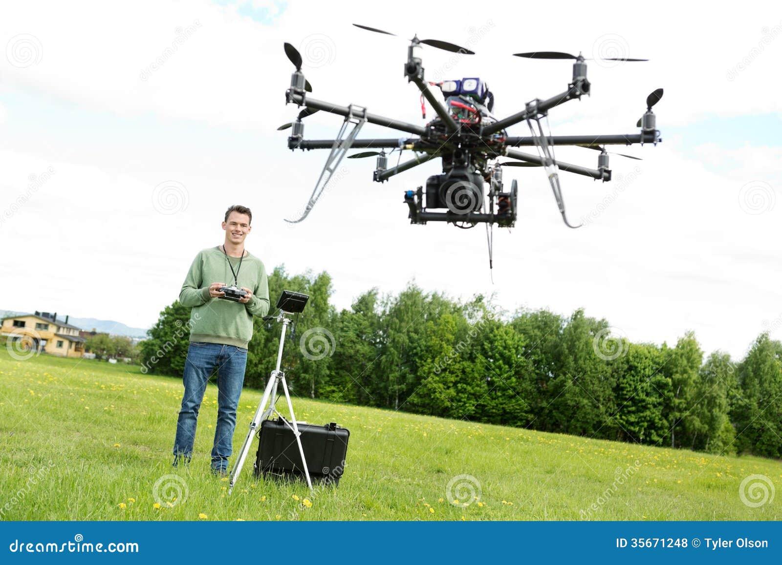 飞行UAV Octocopter的技术员在公园