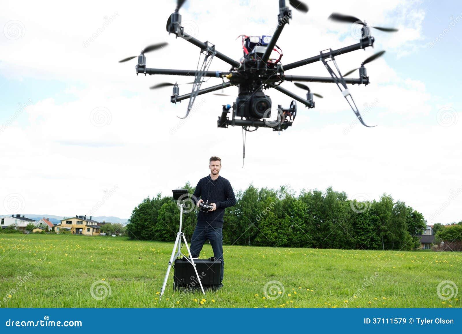 飞行UAV Octocopter的男性技术员