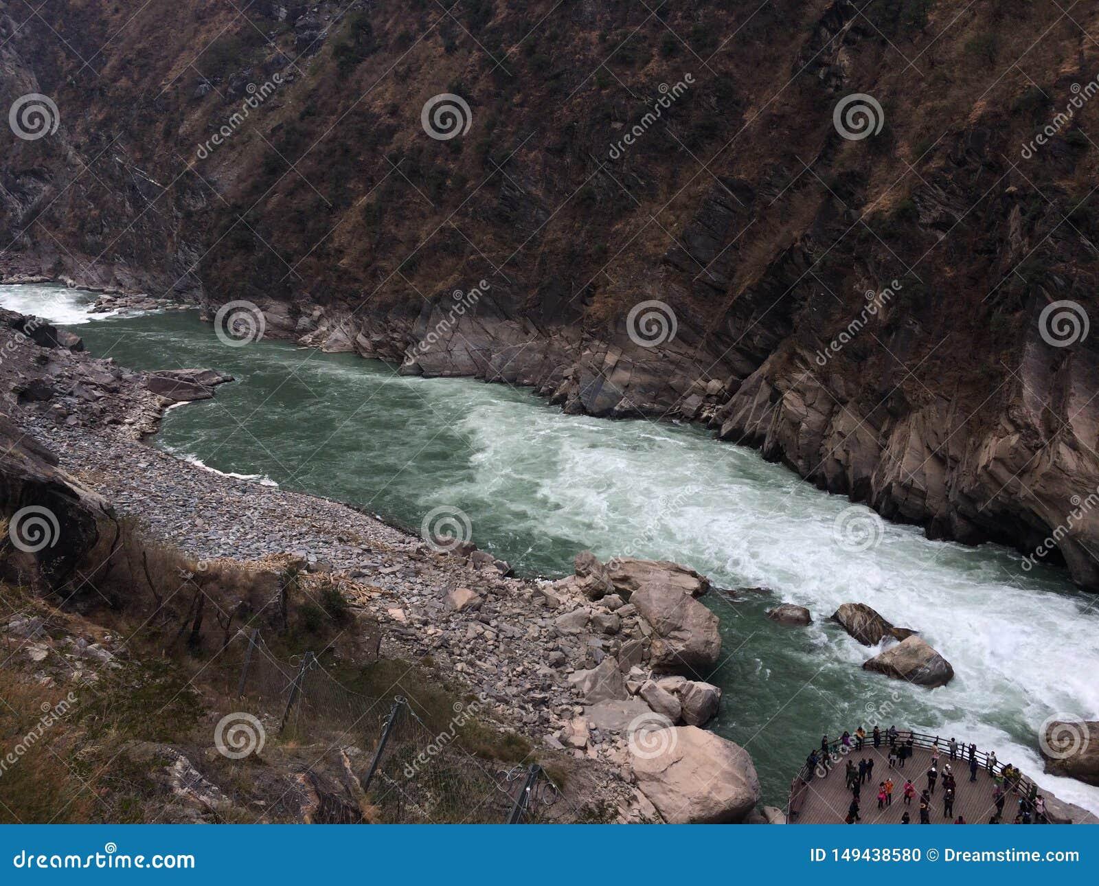 飞跃峡谷香格里拉云南中国的老虎