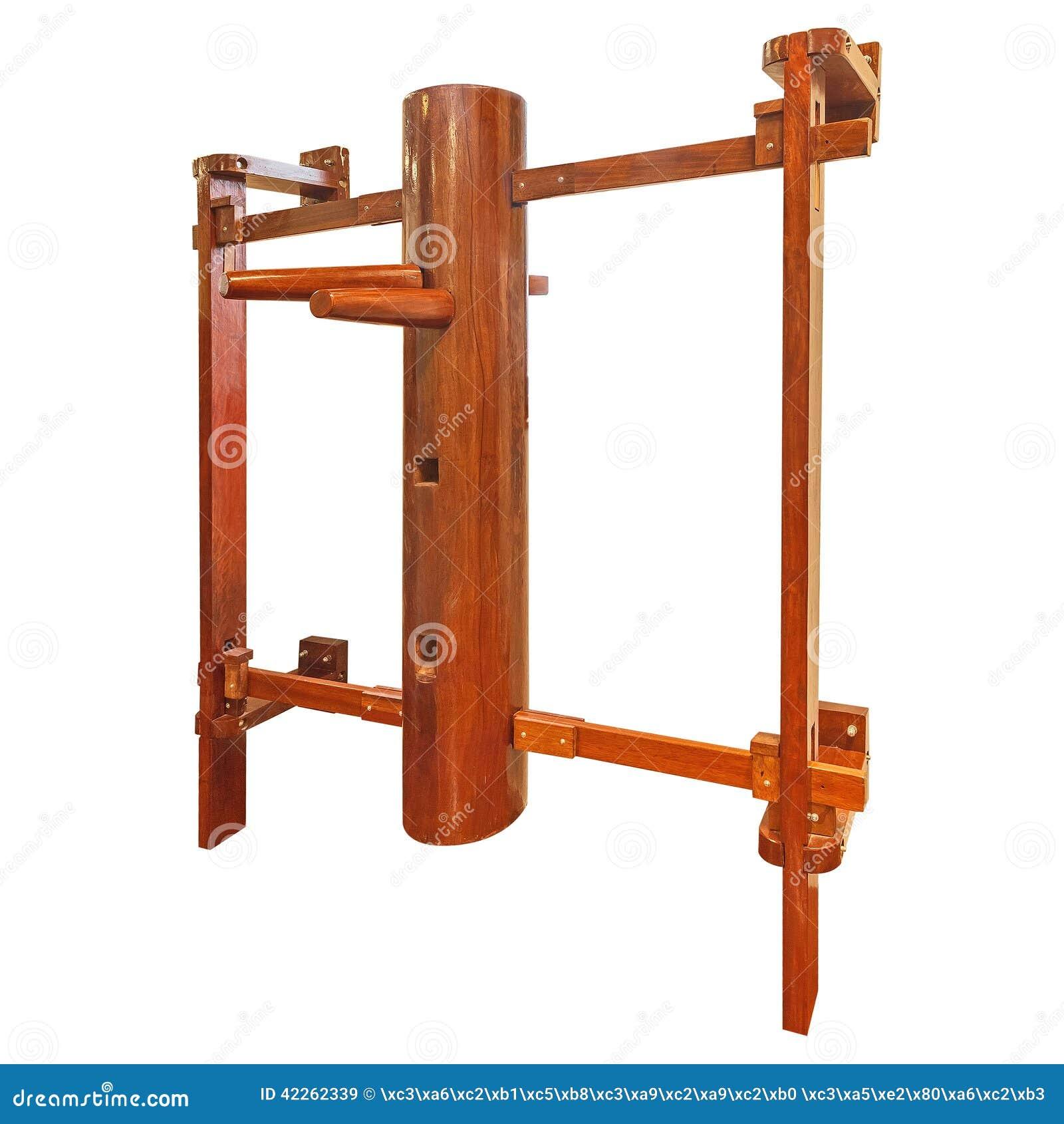 飞过在白色隔绝的Chun /wooden假的训练器材