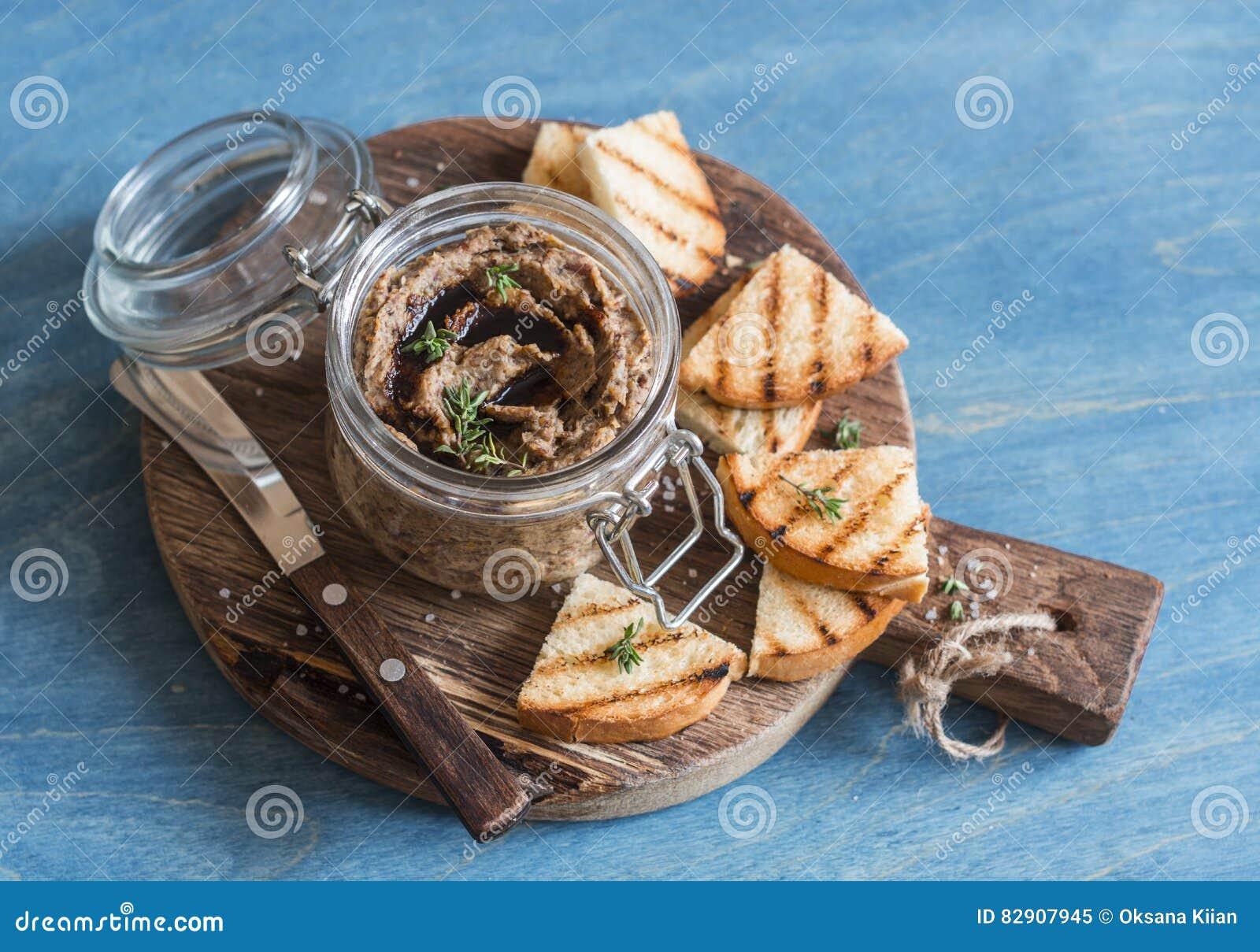 素食快餐-豆和蘑菇头脑在木板