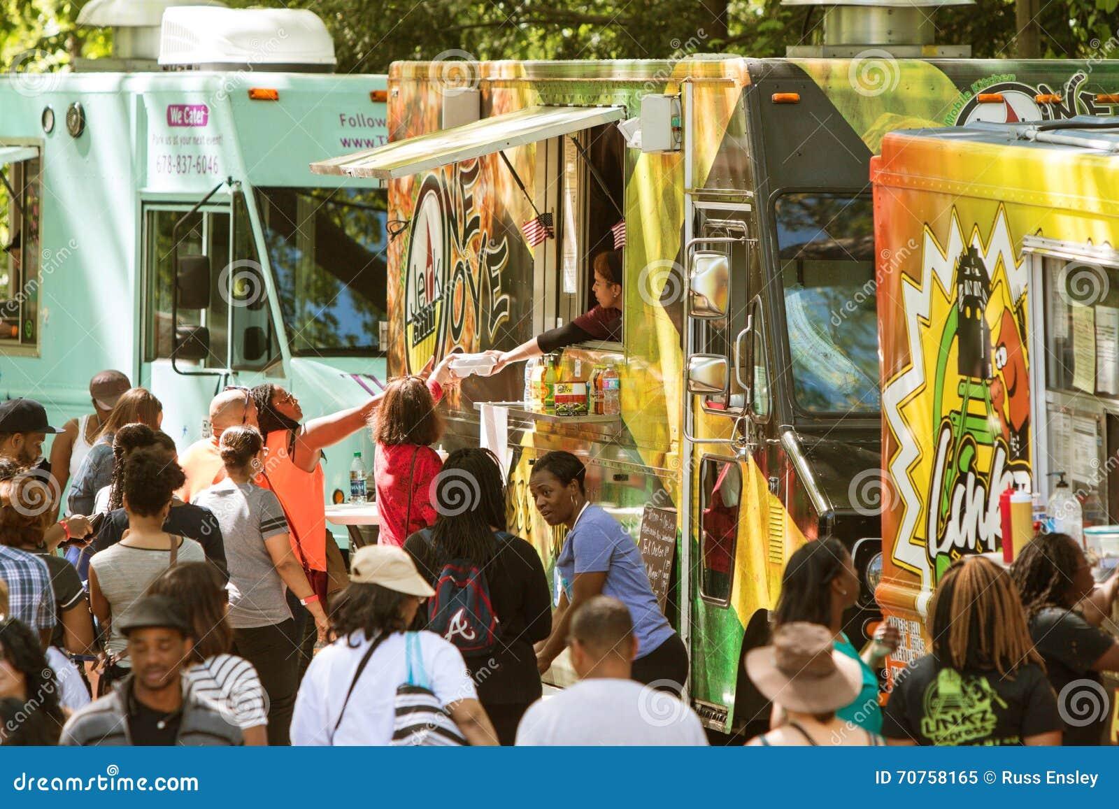 食物卡车服务大人群在亚特兰大节日