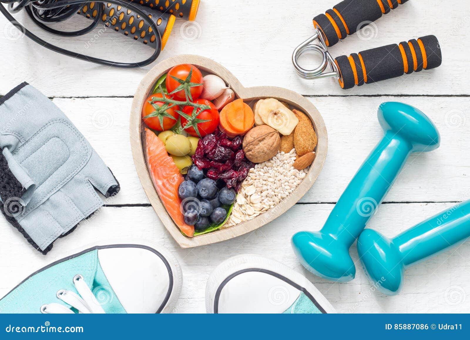 食物在心脏和哑铃健身摘要健康生活方式概念里
