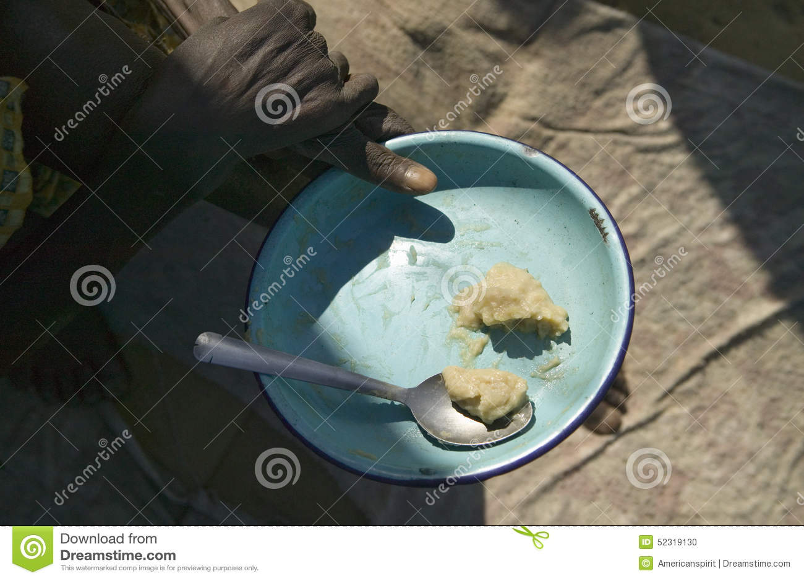 食物板材是为一些被提供的总食物在肯尼亚在Pepo La Tumaini Jangwani, HIV/AIDS公共修复Prog