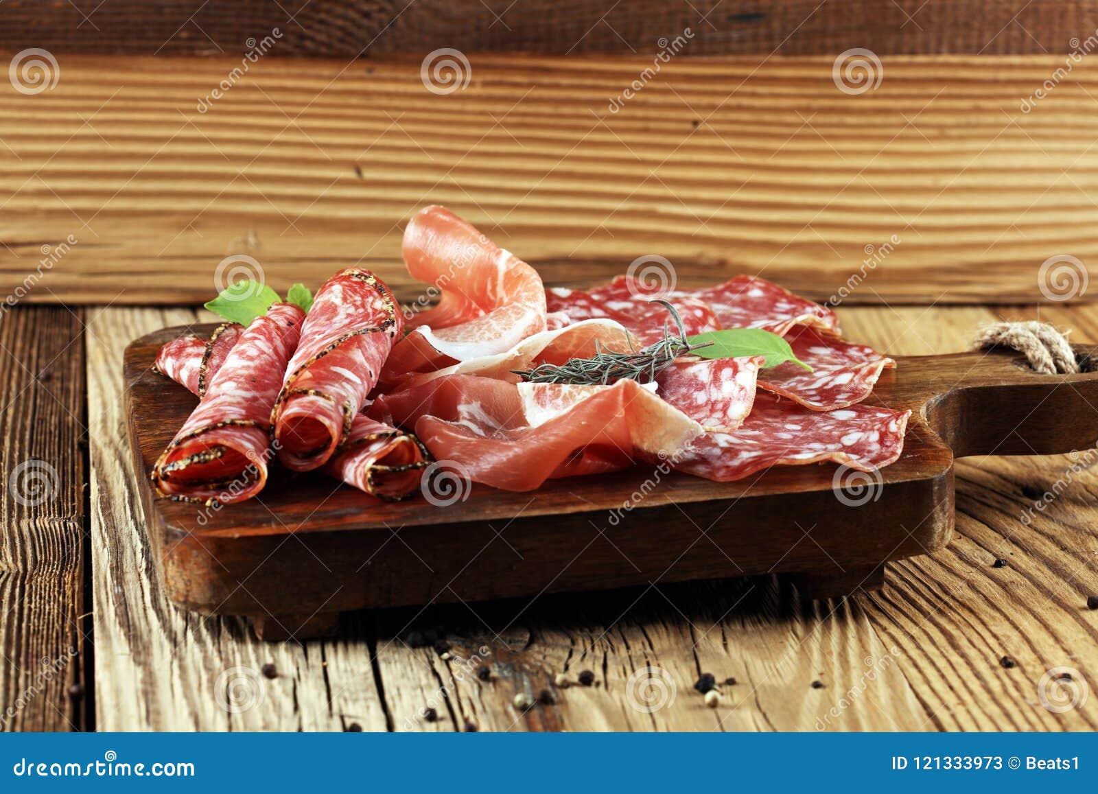 食物盘子用可口蒜味咸腊肠、未加工的火腿和意大利crudo或者ja