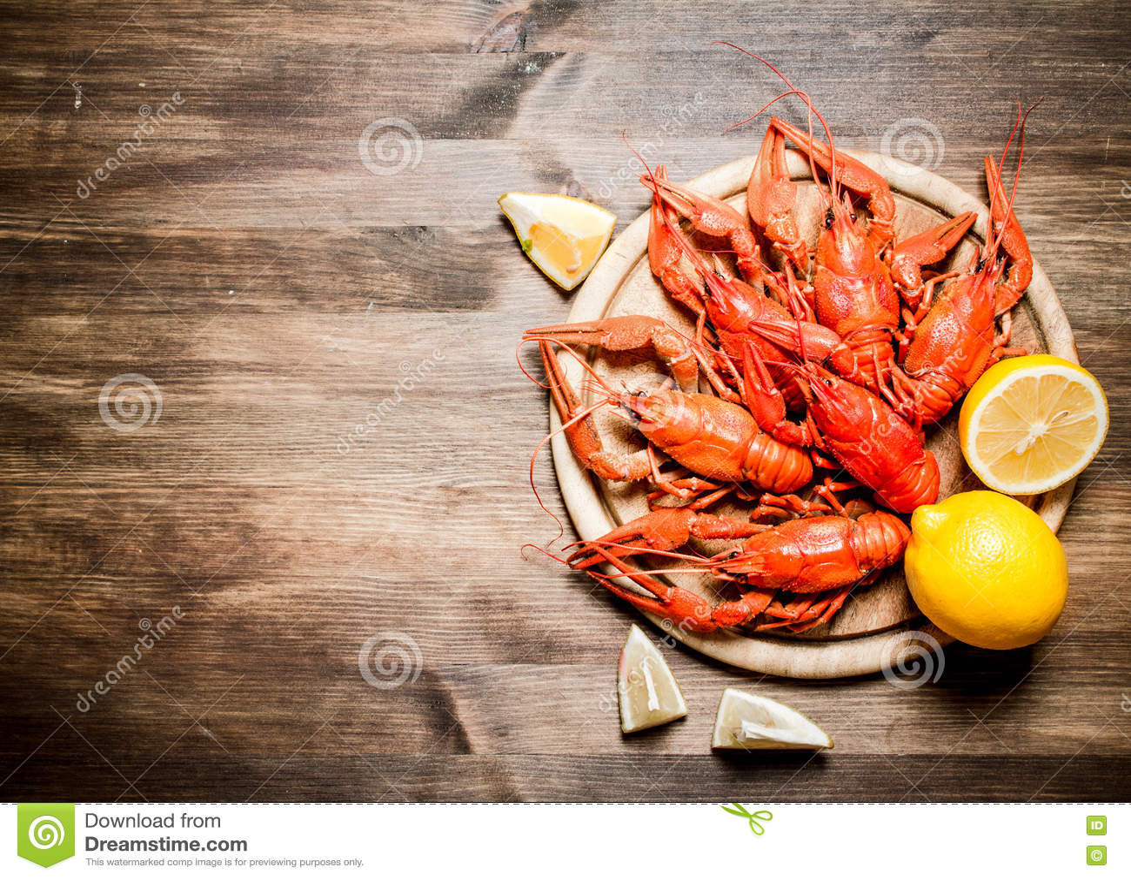 食物纤巧 与切片的煮沸的小龙虾柠檬