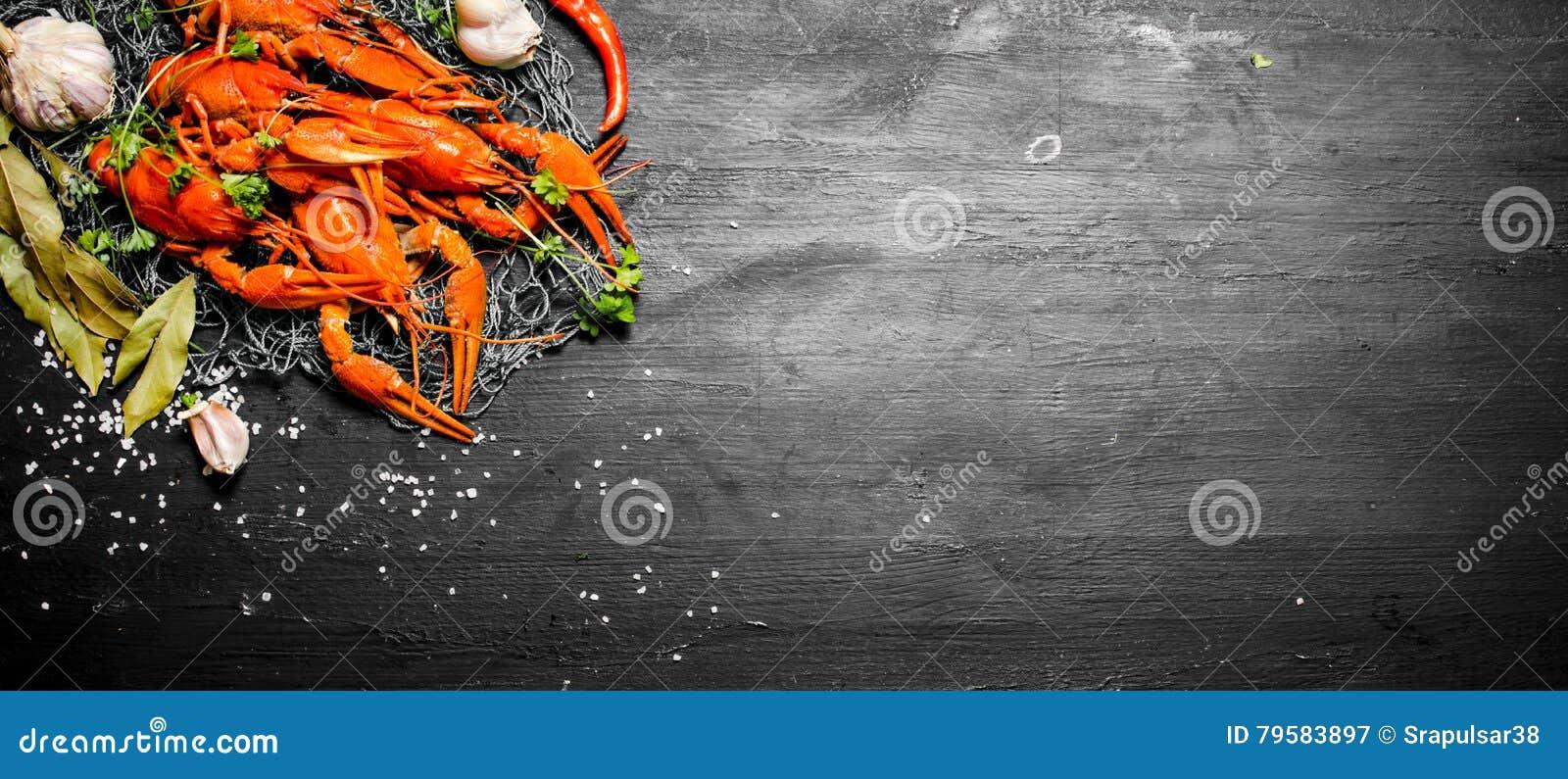 食物纤巧 新鲜的煮沸的小龙虾用香料和草本