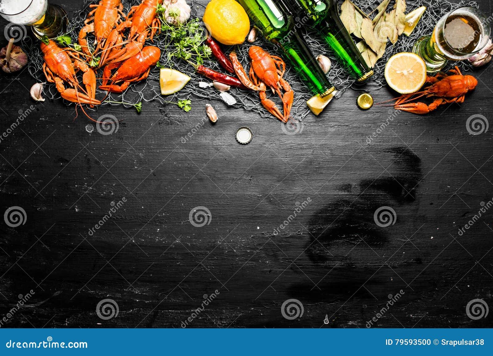 食物纤巧 煮沸的小龙虾用啤酒和香料