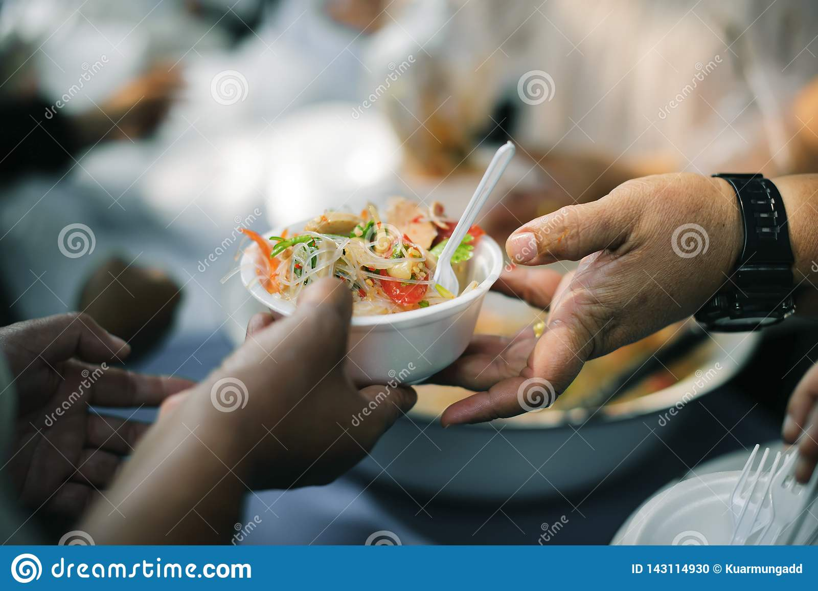 食物需要可怜的人民在这个行星的每个国家发生:给的概念