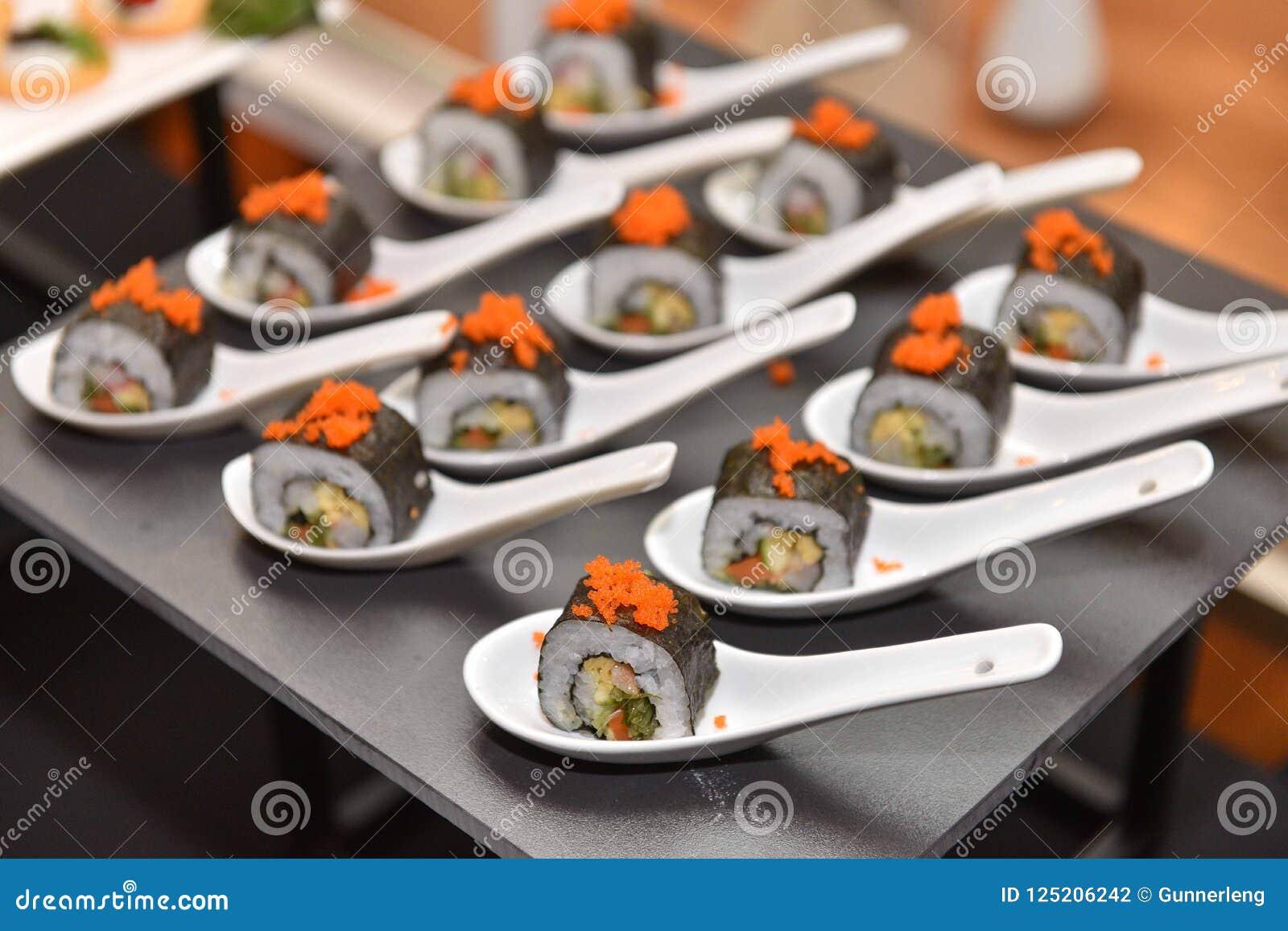 食物:日语滚动了寿司切片和地方匙子的