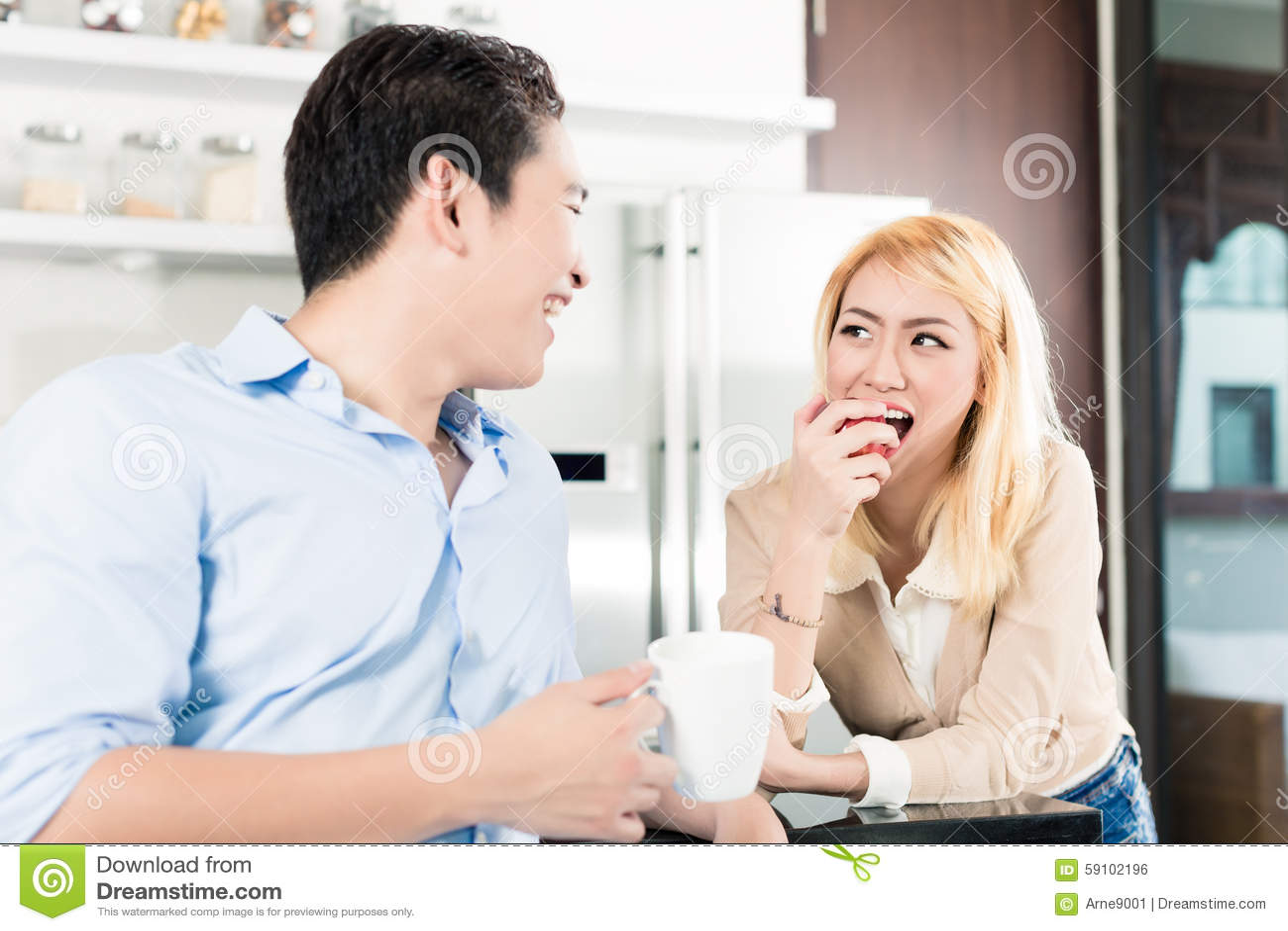 食用亚洲的夫妇早餐一起