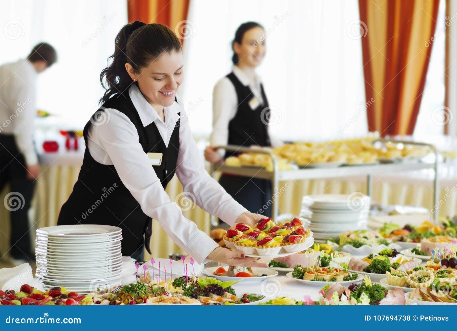 餐馆女服务员服务桌用食物