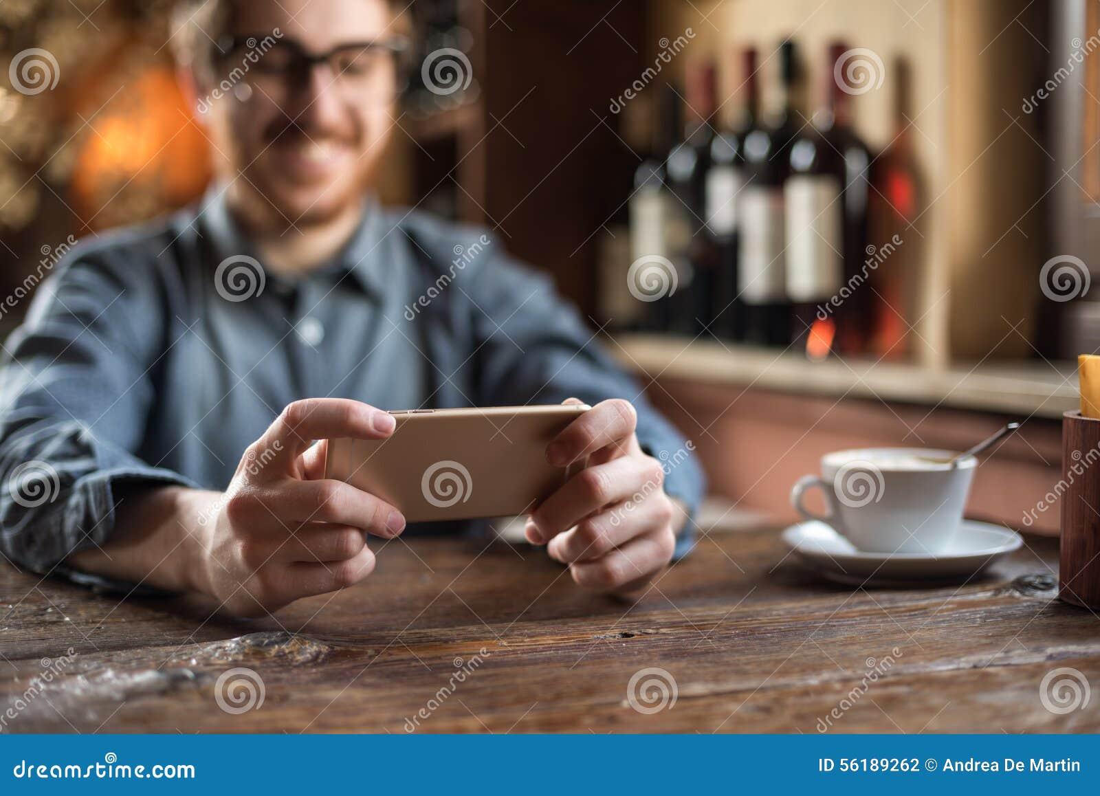餐馆的行家人使用一个手机