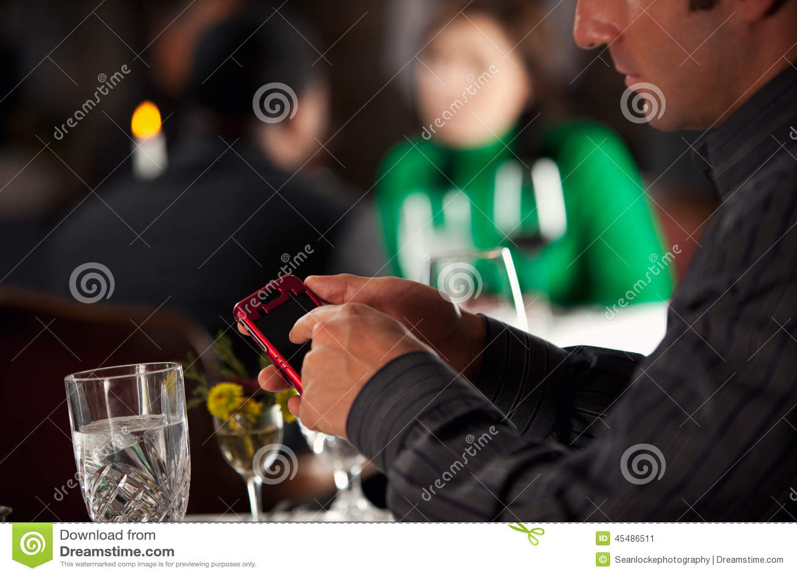 餐馆:在手机的人文本在晚餐期间