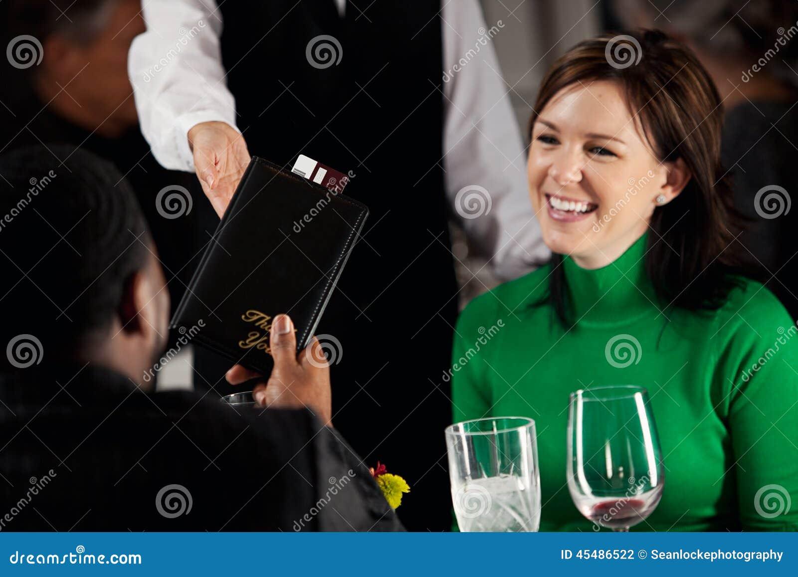 餐馆:服务器投下晚餐的比尔