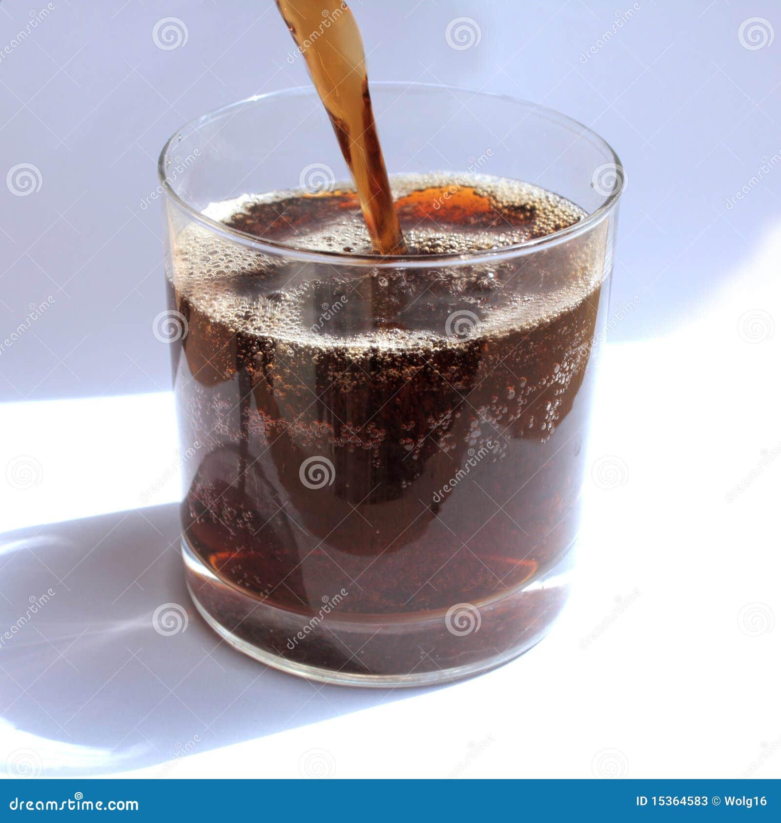 饮料泡沫腾涌的玻璃甜点