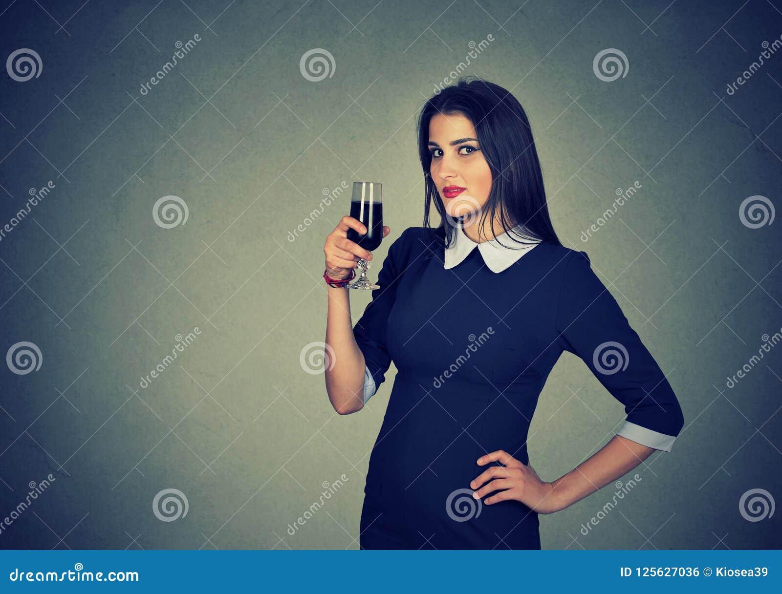 饮用的少妇杯红葡萄酒