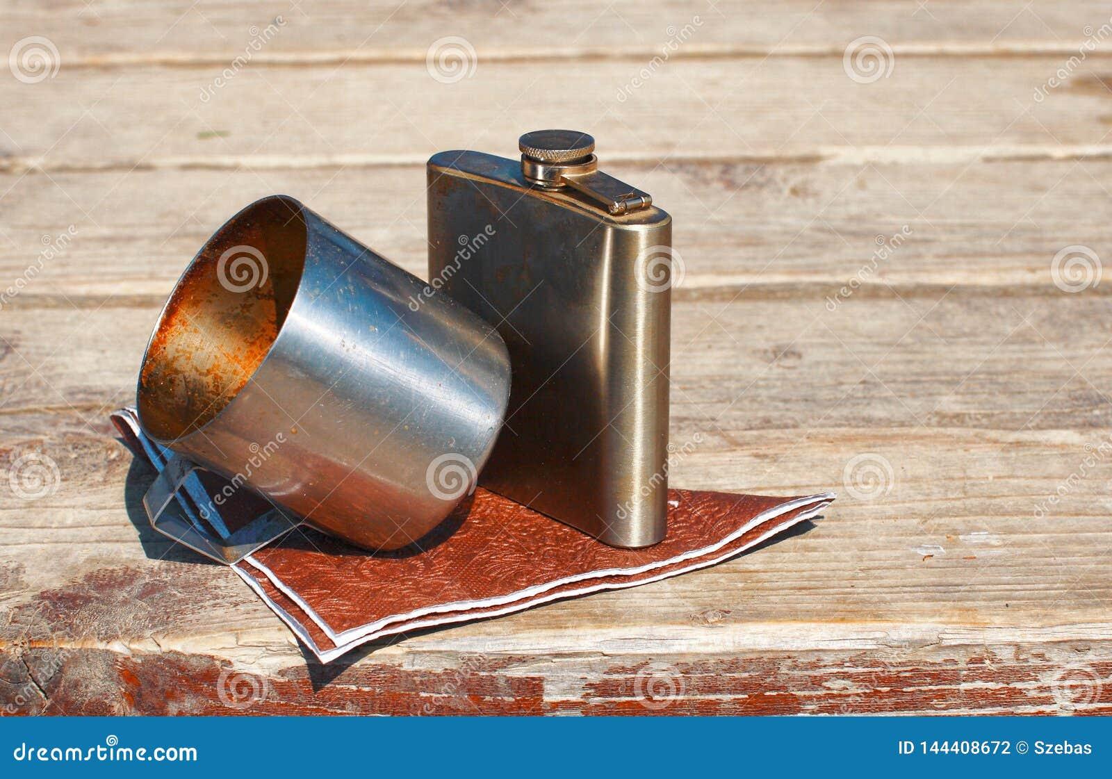 饮用的金属杯子和烧瓶