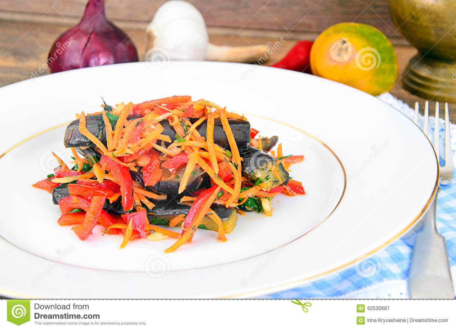饮食和健康食物:沙拉用茄子