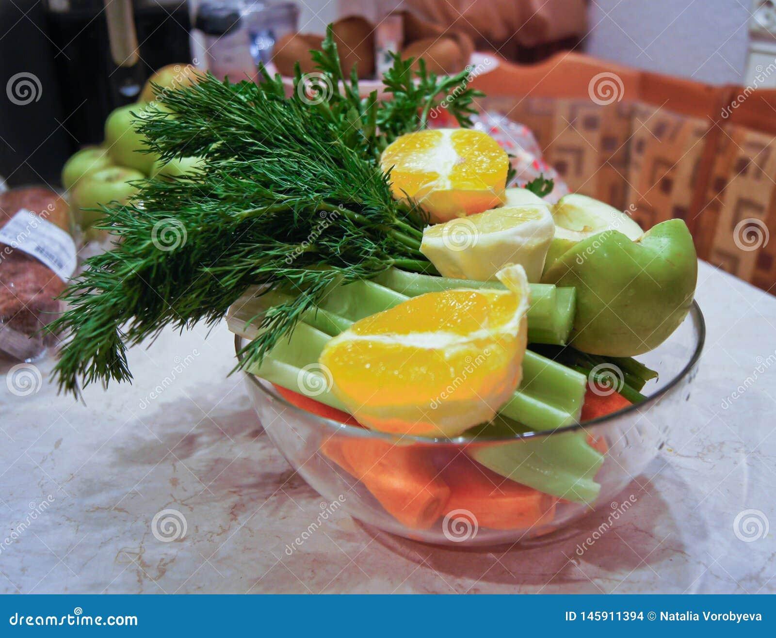 饮食沙拉的成份、苹果和芹菜和新鲜的红萝卜