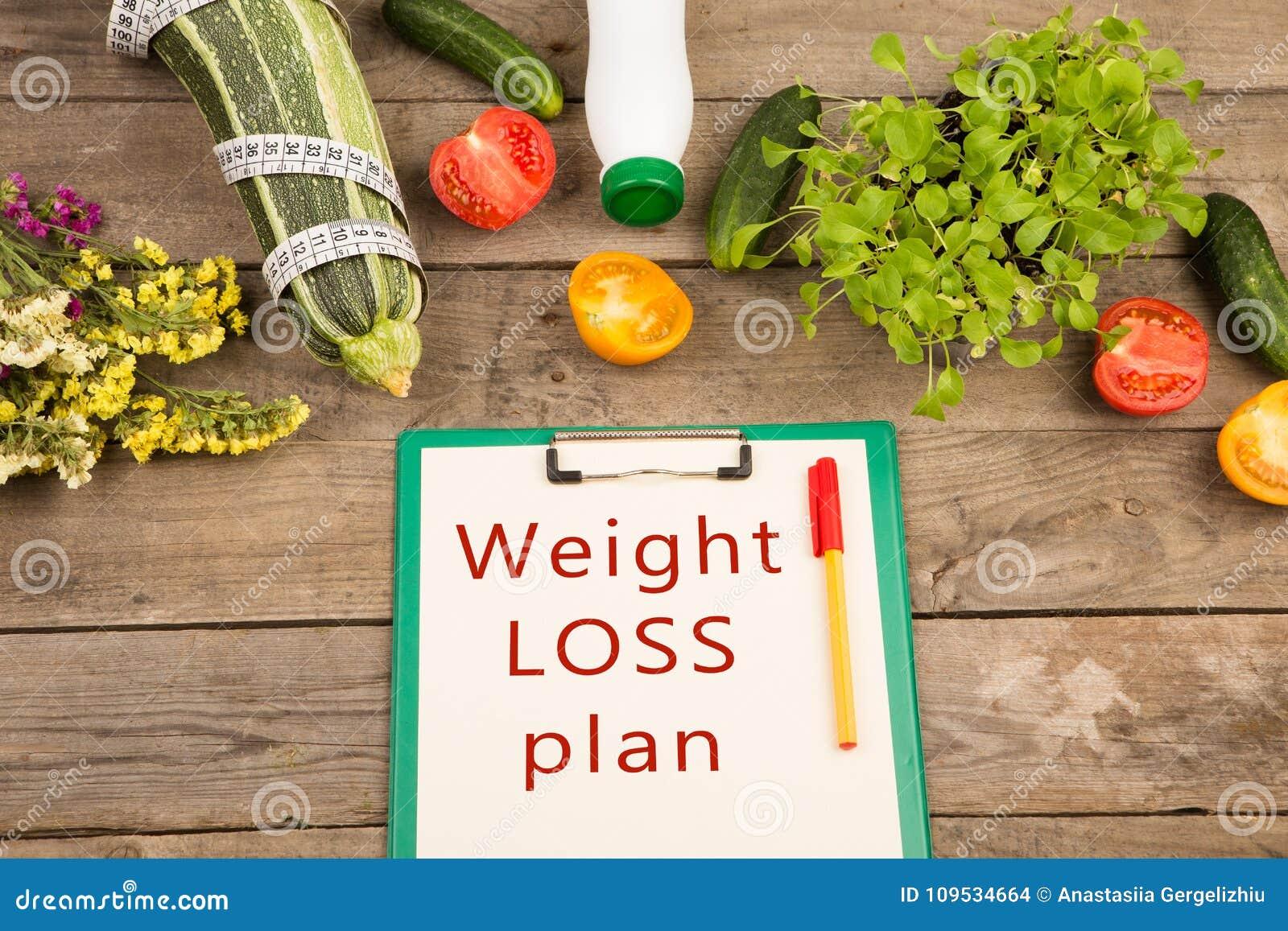 饮食计划-西葫芦、剪贴板有文本的& x22; 减重plan& x22; 菜和测量的轻拍