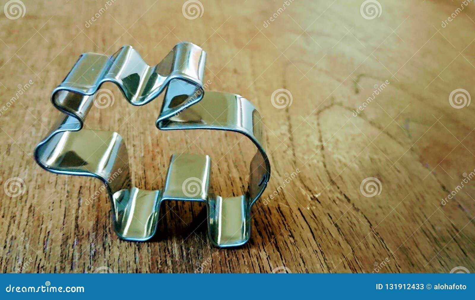 饼干和曲奇饼的金属银色形状以驯鹿的形式在一张木桌上站立