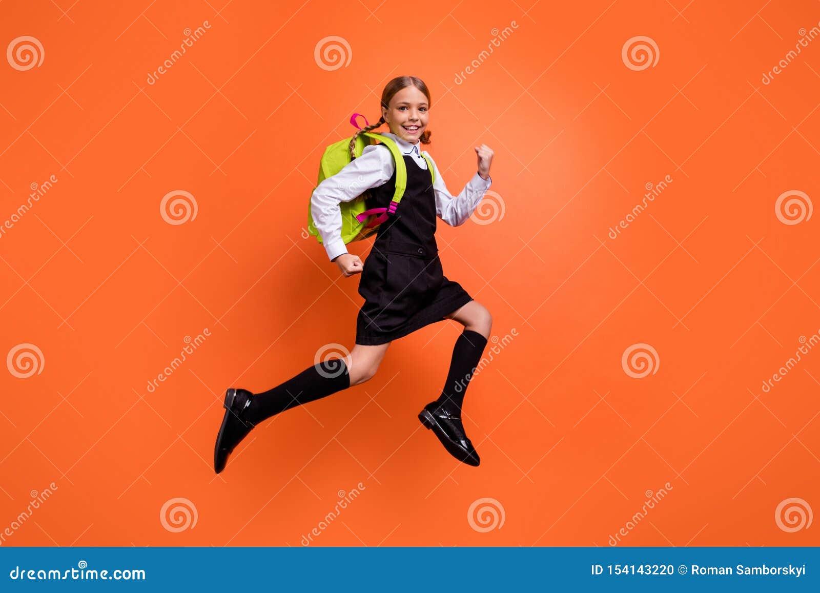 首先快速地跑全长身体尺寸观点的好可爱的可爱的快乐的爽快高兴的努力青春期前的女孩的书呆子