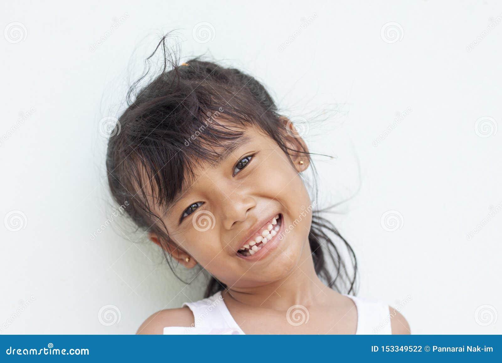 首先显示固齿的女孩微笑