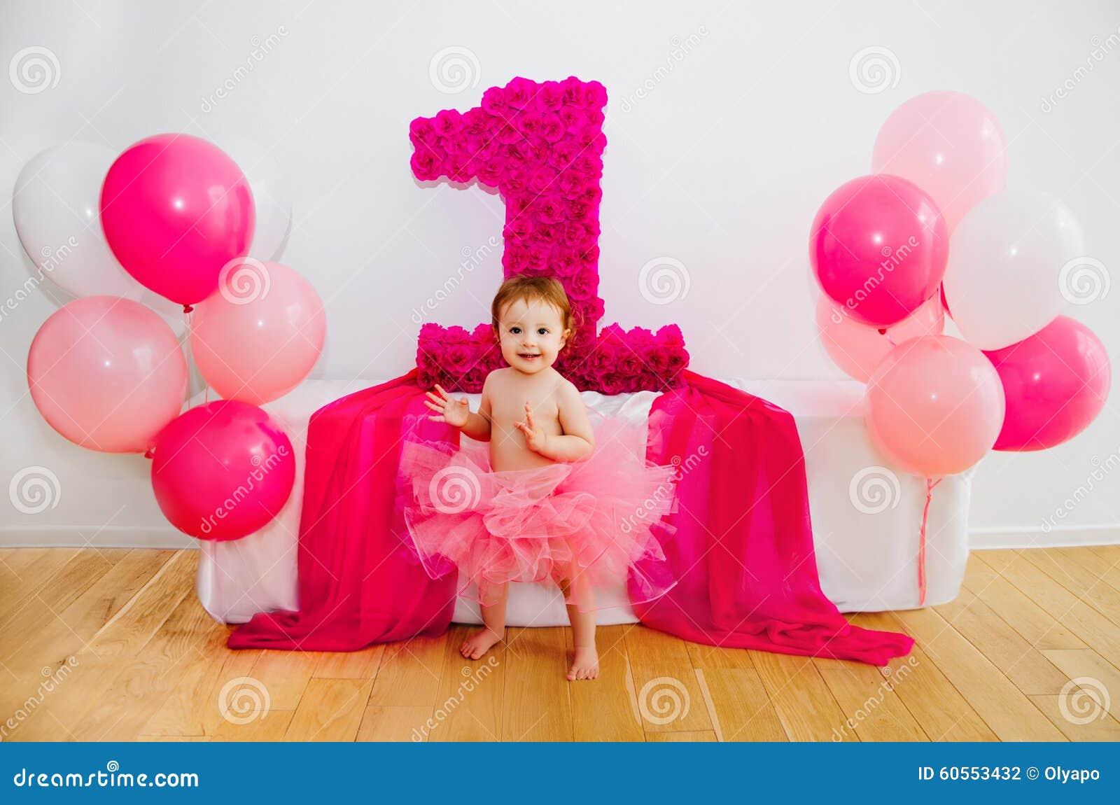 首先生日 蓬松桃红色裙子的婴孩,有气球和双的