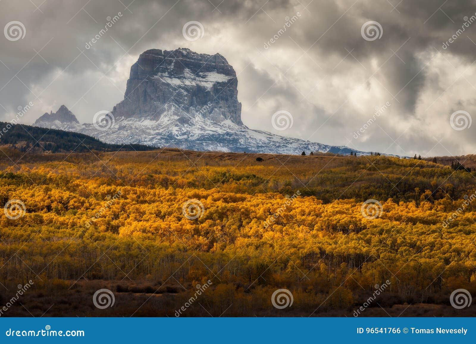 首要山在秋天在冰川国家公园,蒙大拿,美国
