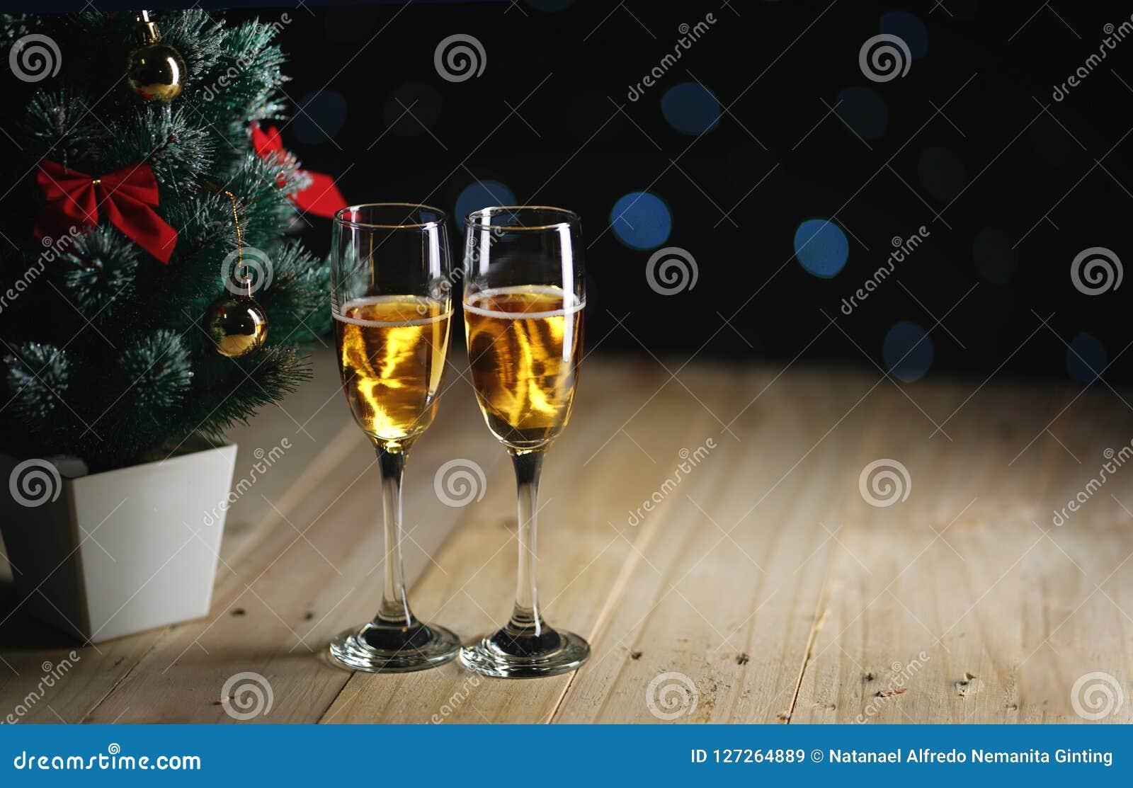 香宾两块玻璃在小圣诞树黑暗的焕发L旁边的