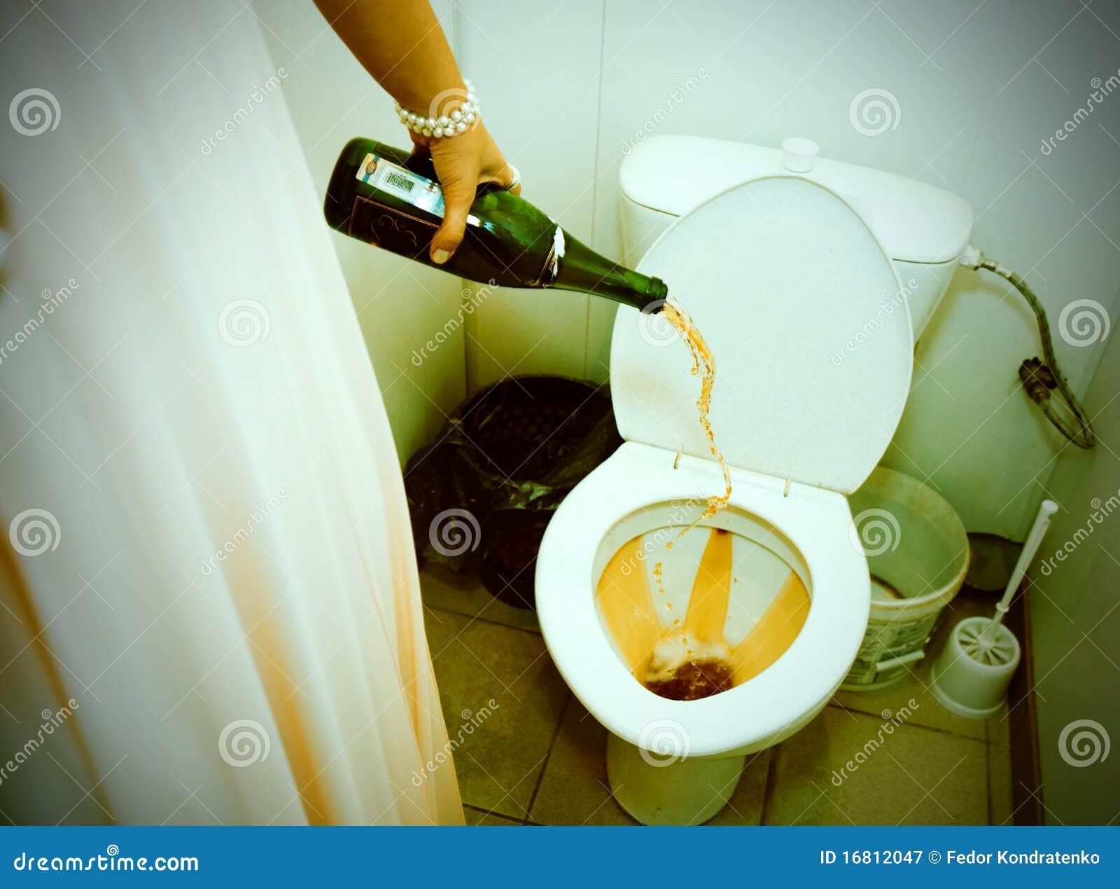 香槟倾吐的洗手间妇女