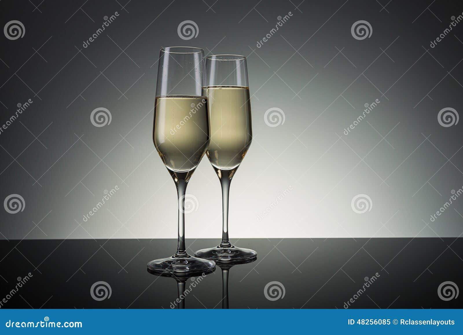香槟构成的玻璃水平地射击了