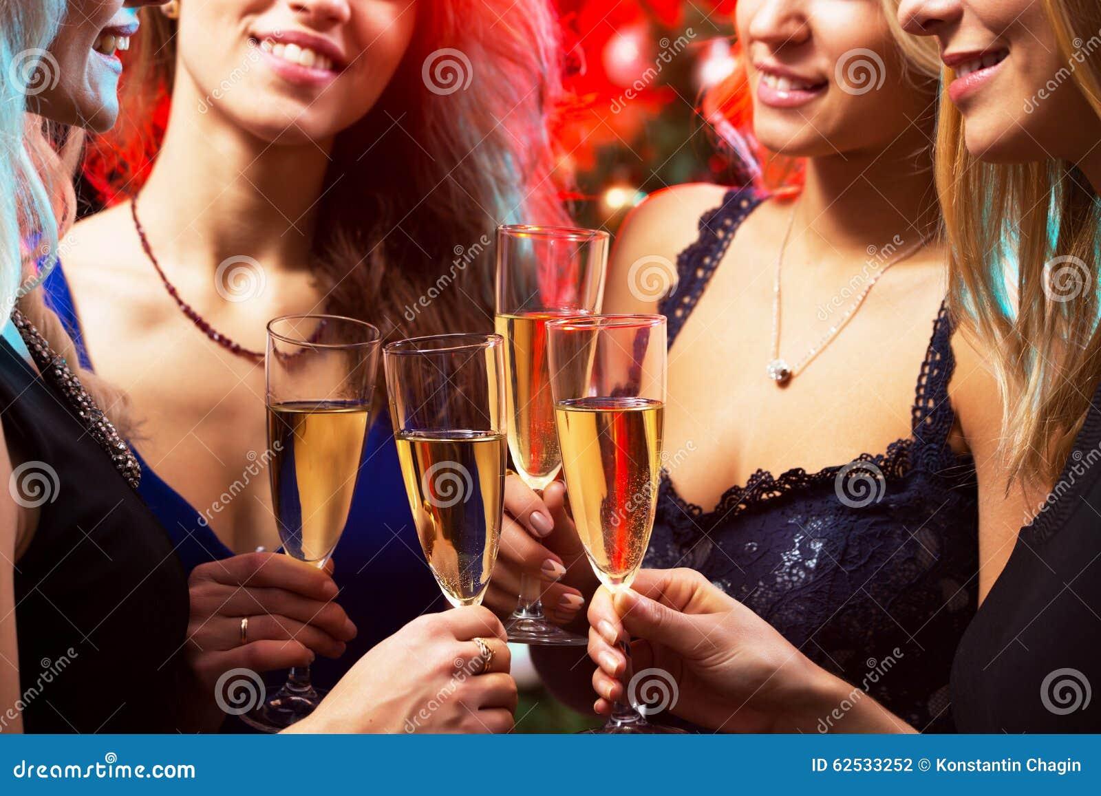 戴香槟眼镜的愉快的少妇