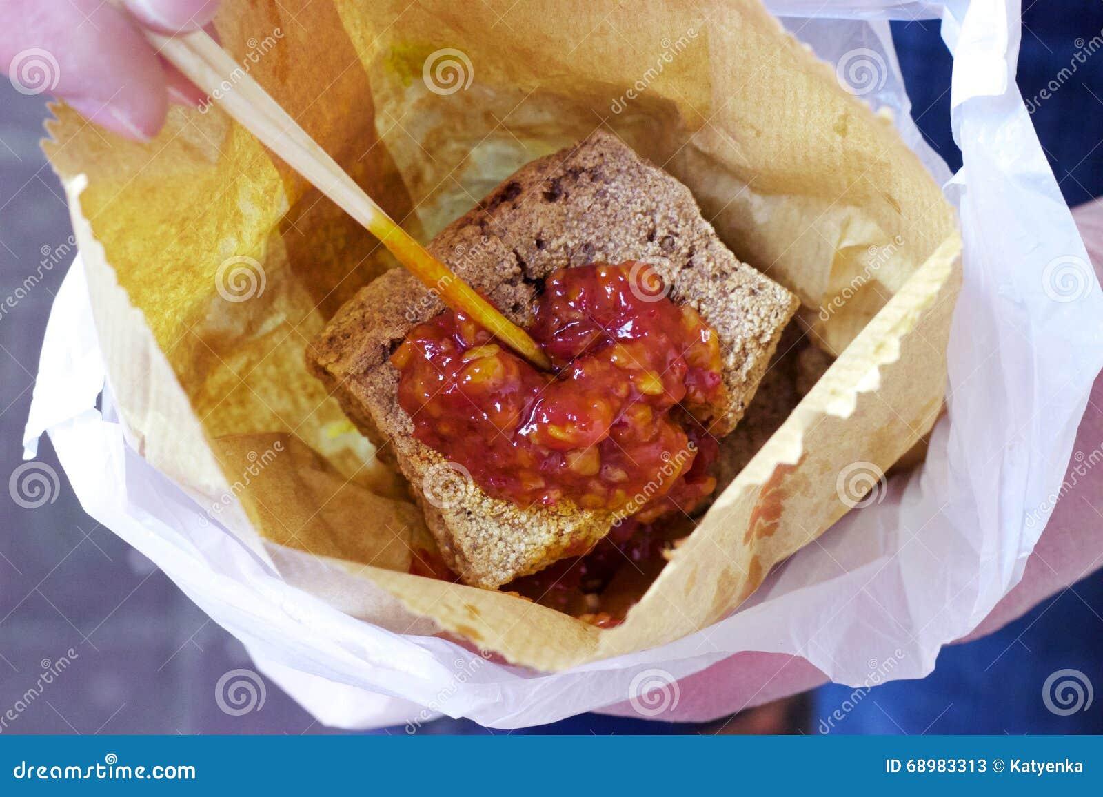 香港街道食物:腐败的豆腐,辣味番茄酱,纸袋