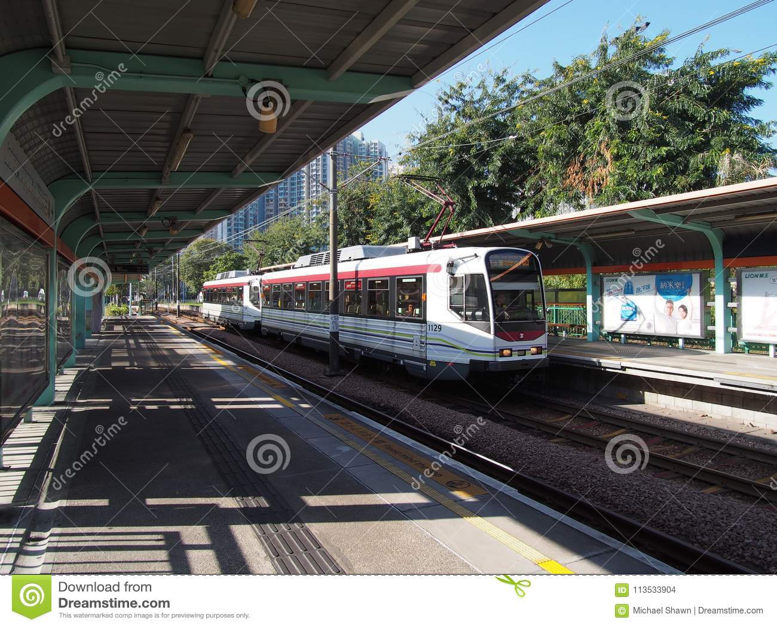 香港,中国- 2015年11月18日:LRT是地铁有限公司管理的一个轻的铁路系统,服务的屯门,元朗并且装罐嘘