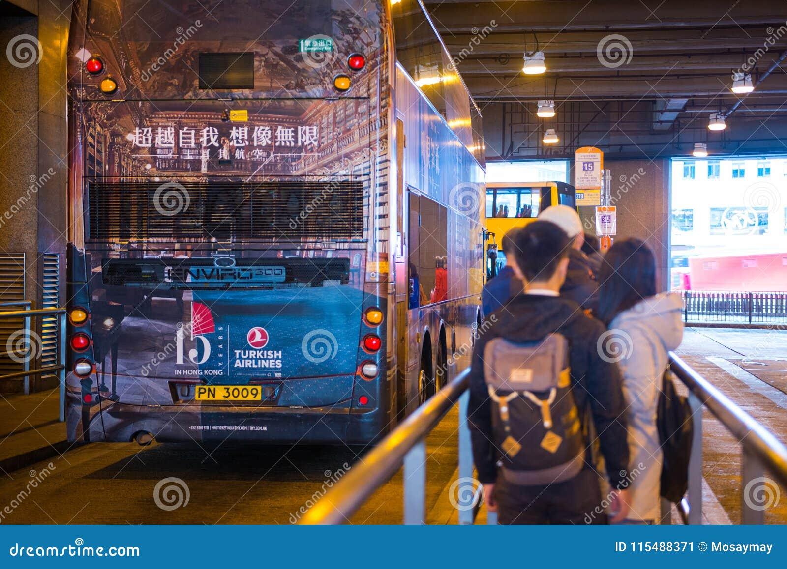 香港- 2018年1月14日:与停放的公共汽车waitin的汽车站
