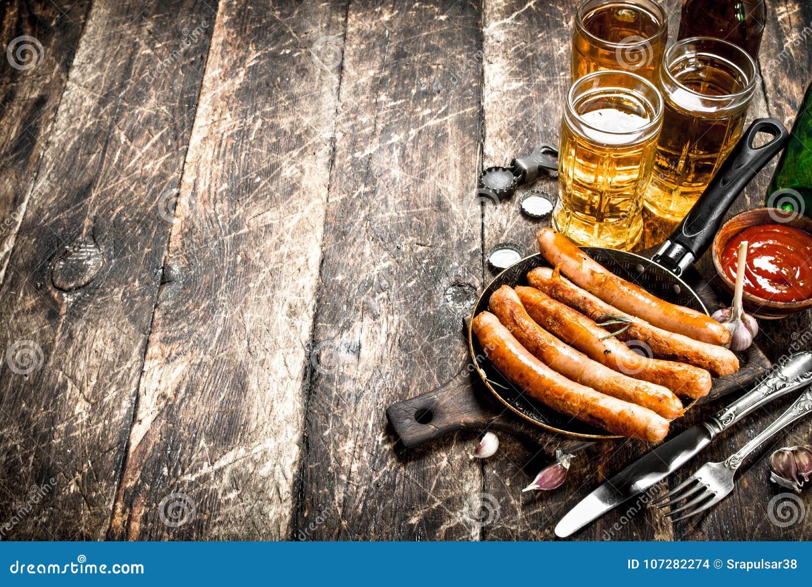 香肠用冰镇啤酒和调味汁