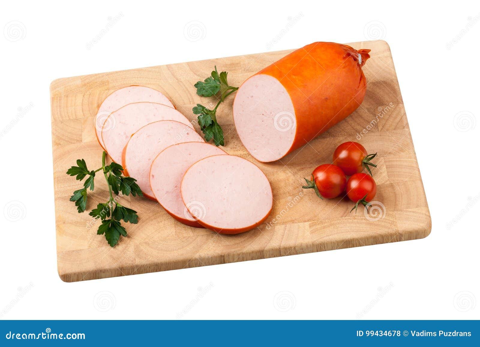 香肠用蕃茄和草本在砧板