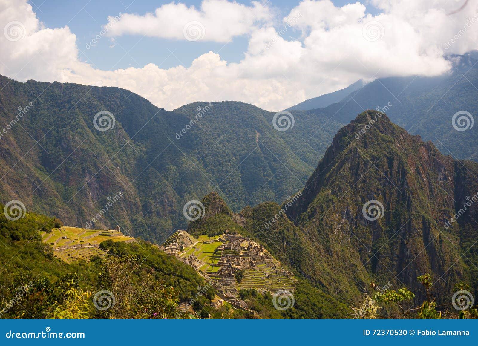 马丘比丘广角全景,阐明在下午阳光之前和从印加人足迹的庄严Urubamba谷