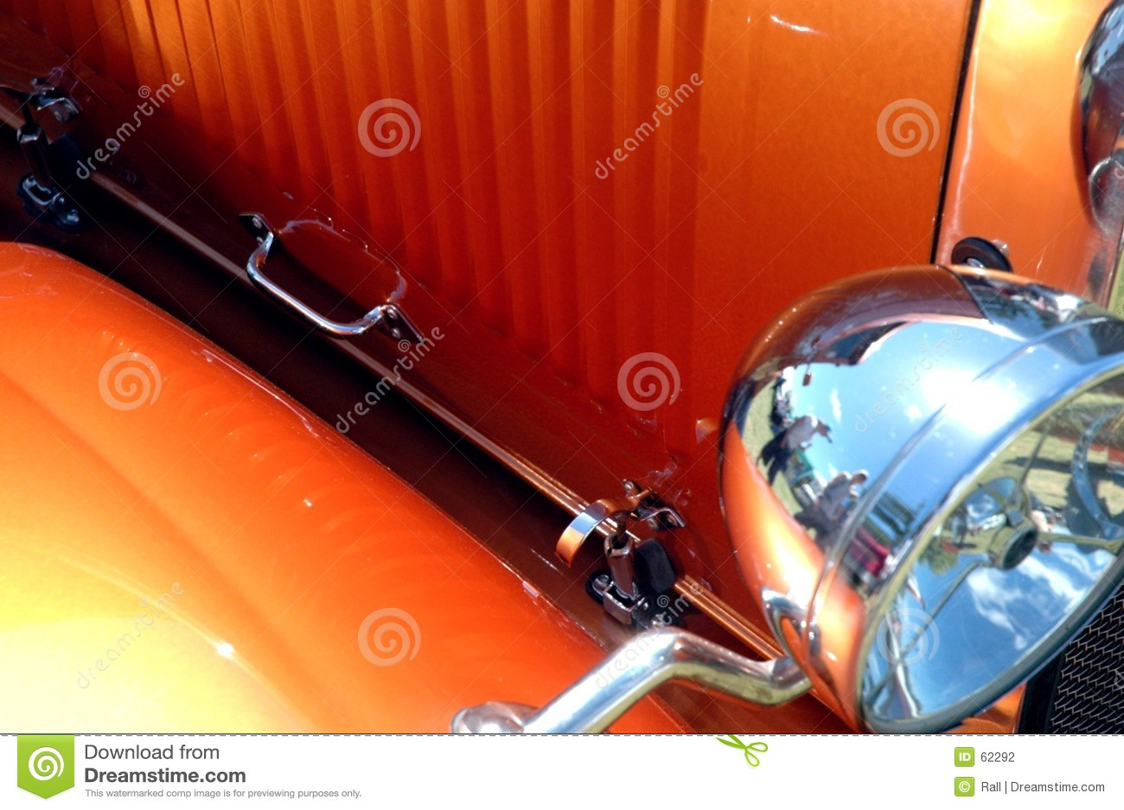 马力强大的橙色汽车