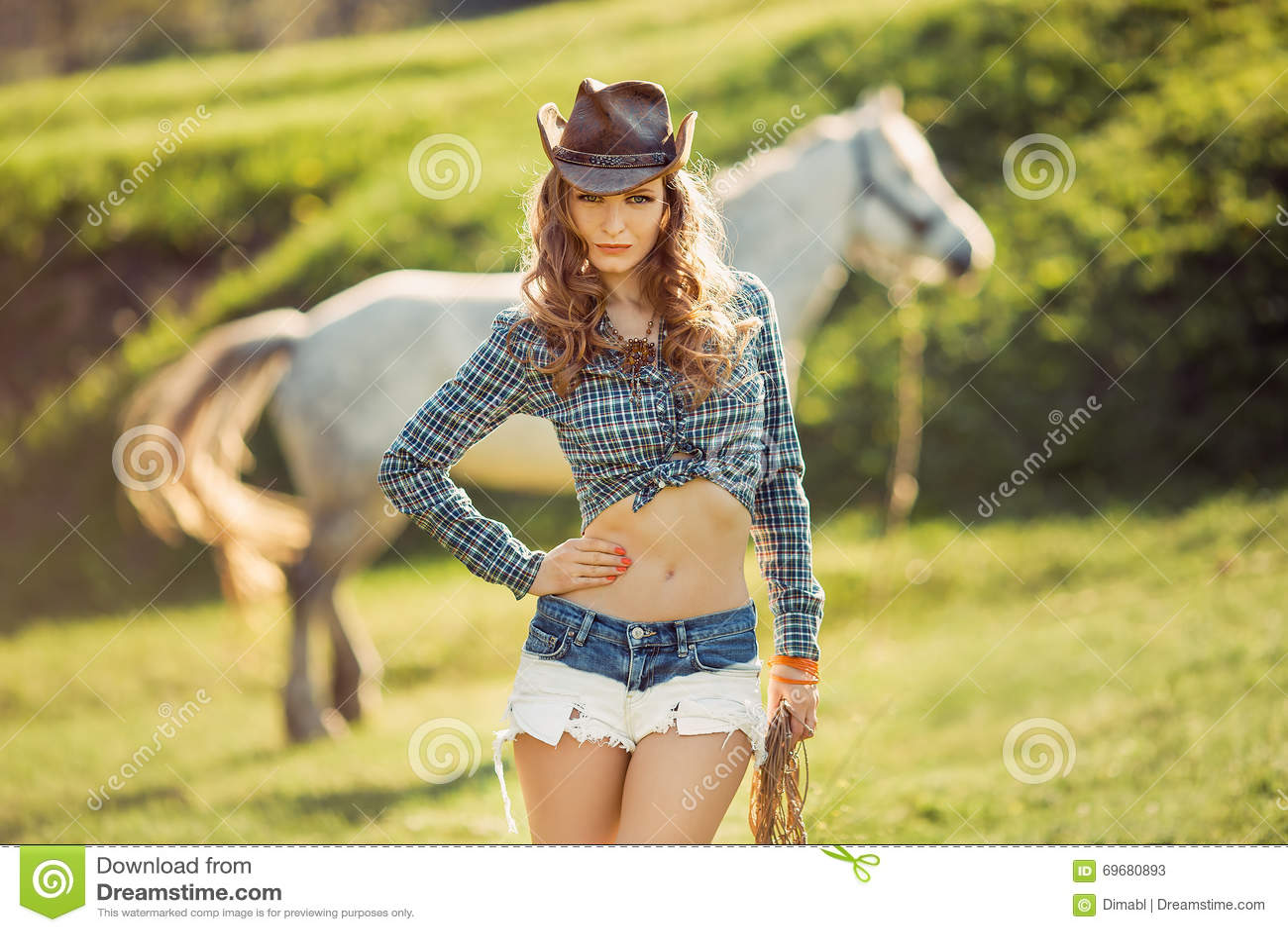 马和女孩有牛仔帽的