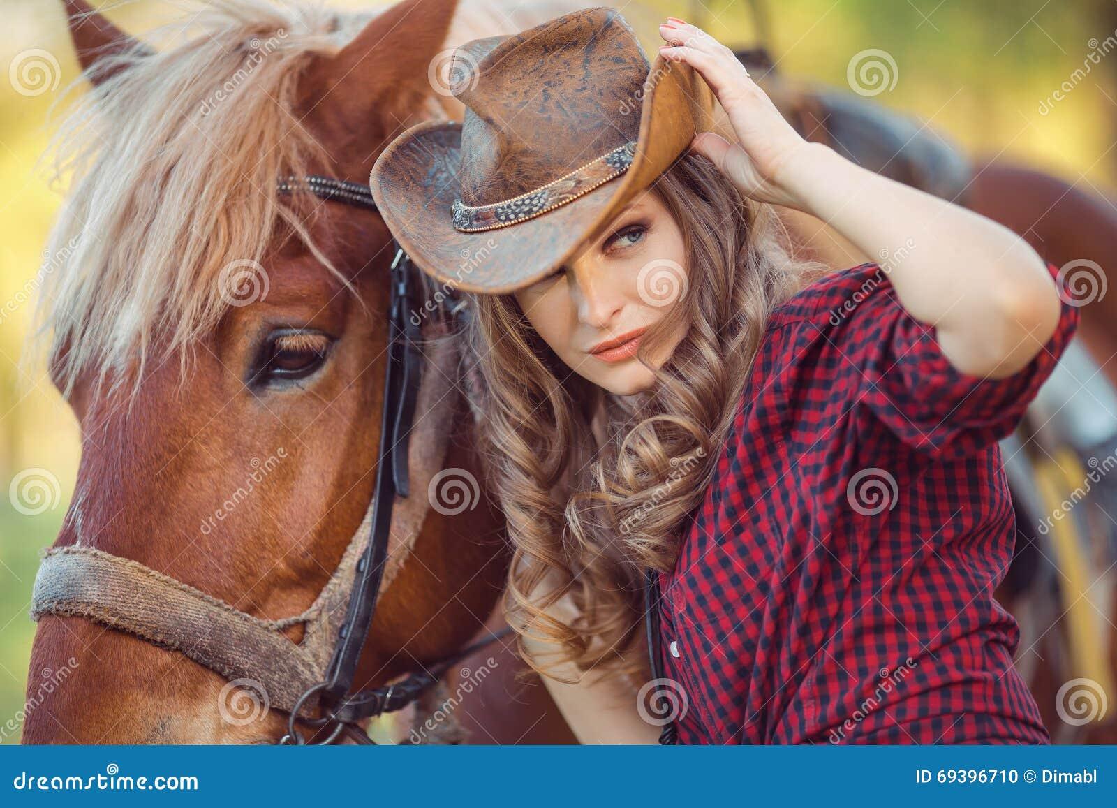 马和时装模特儿 减速火箭的样式