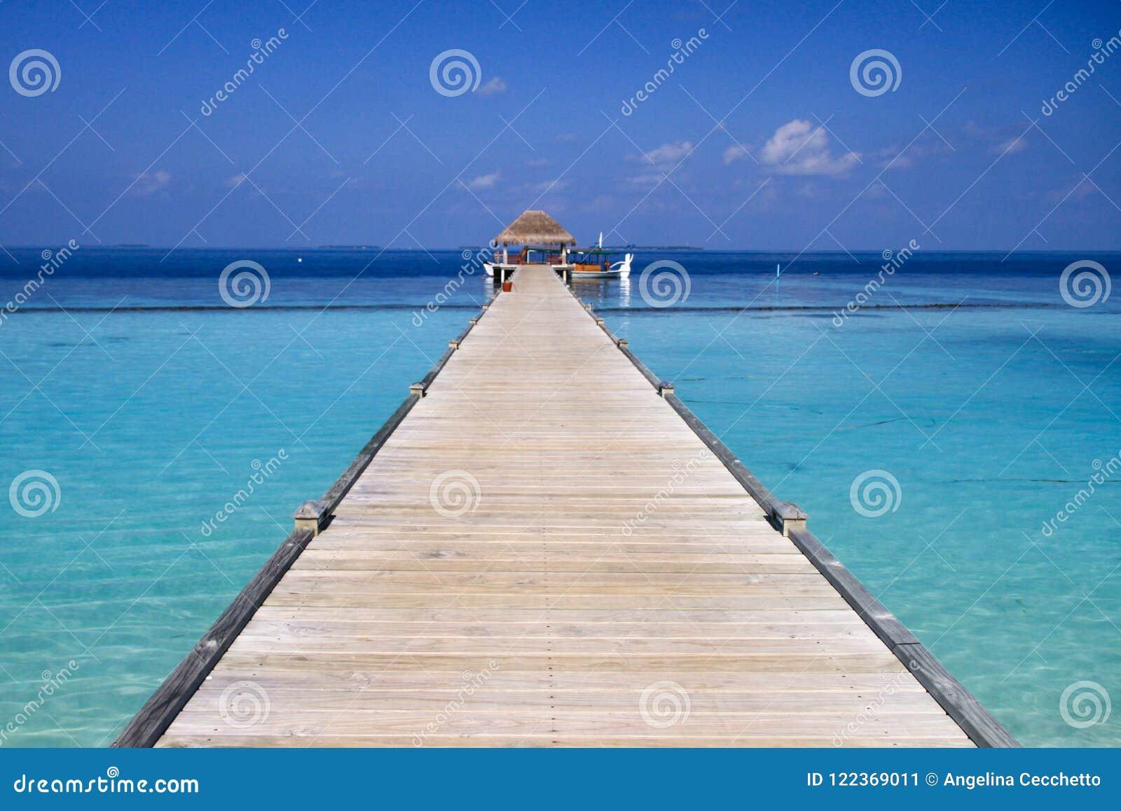 马尔代夫海岛度假村木码头和绿松石太平洋Wat