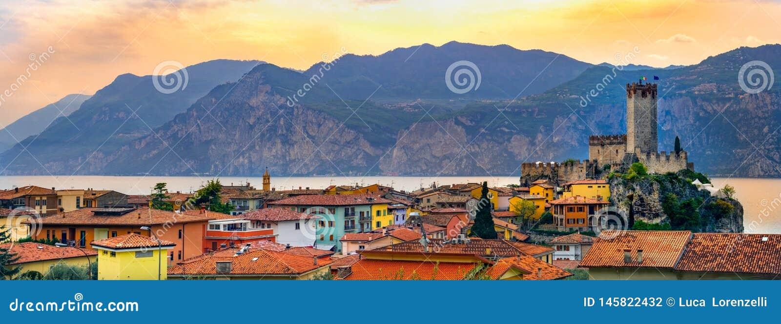 马尔切西内平安的全景镇意大利村庄地平线Garda湖江边浪漫水平的全景的和