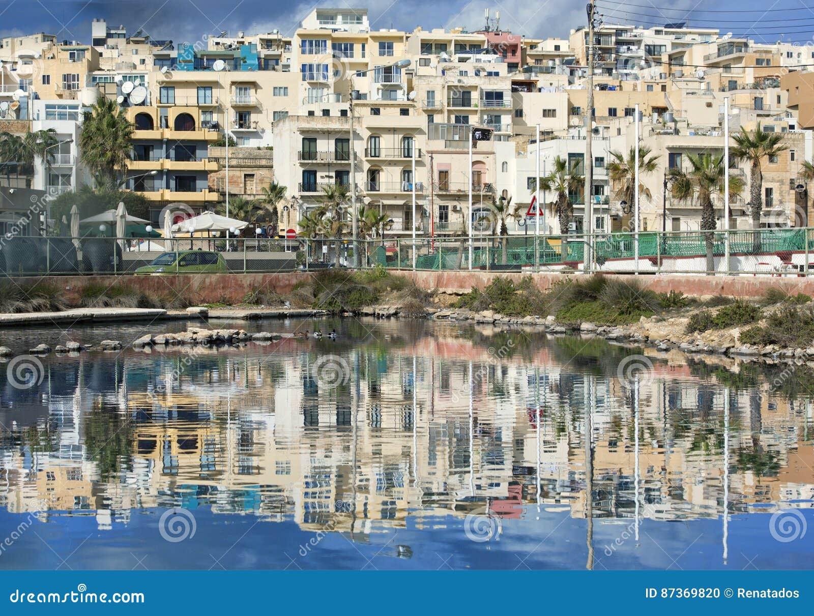 马尔萨斯卡拉,马耳他- 2016年9月2日, :马尔萨斯卡拉走的散步全景有好的反射的在水 Marsascala村庄