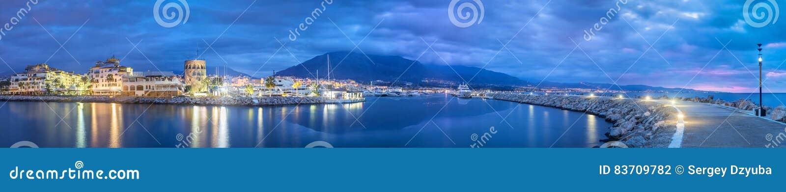 马尔韦利亚全景从Puerto Banus的在黄昏