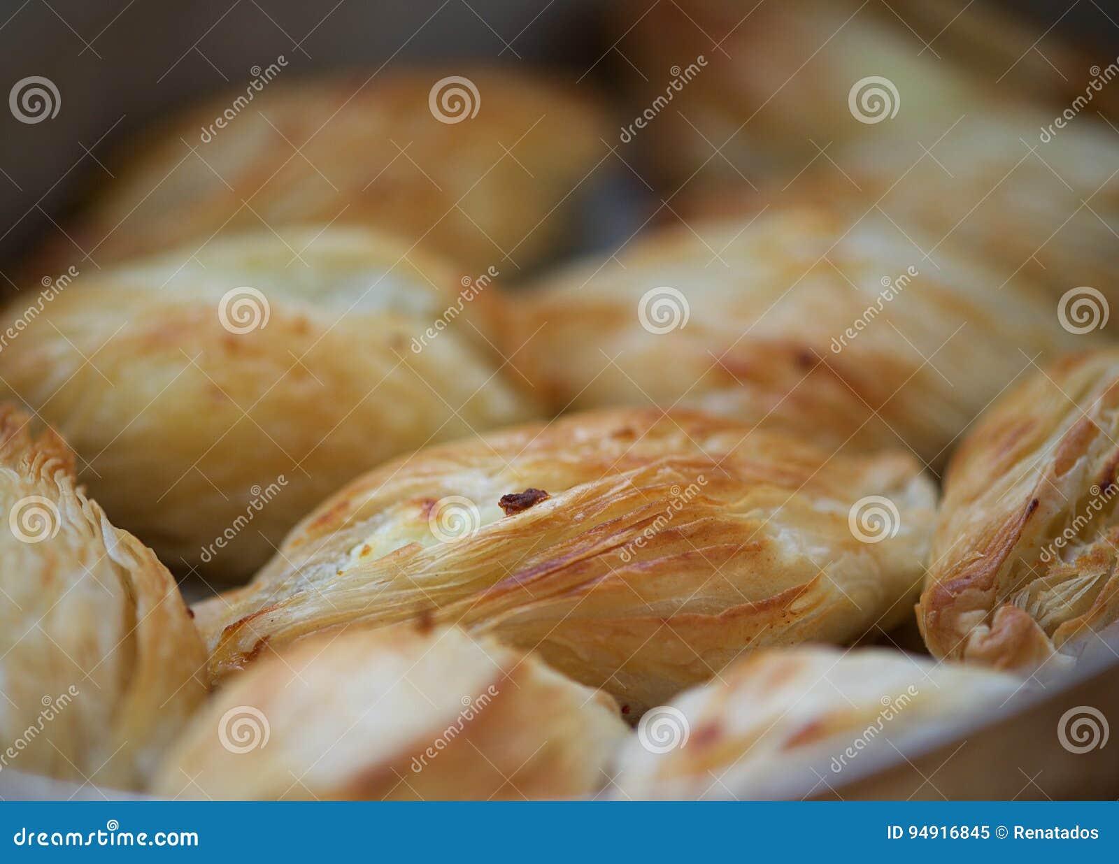 马尔他烘烤纤巧, pastizzi Pastizzi,典型的街道食物 与乳清干酪和豌豆的马尔他面团 马尔他的食物