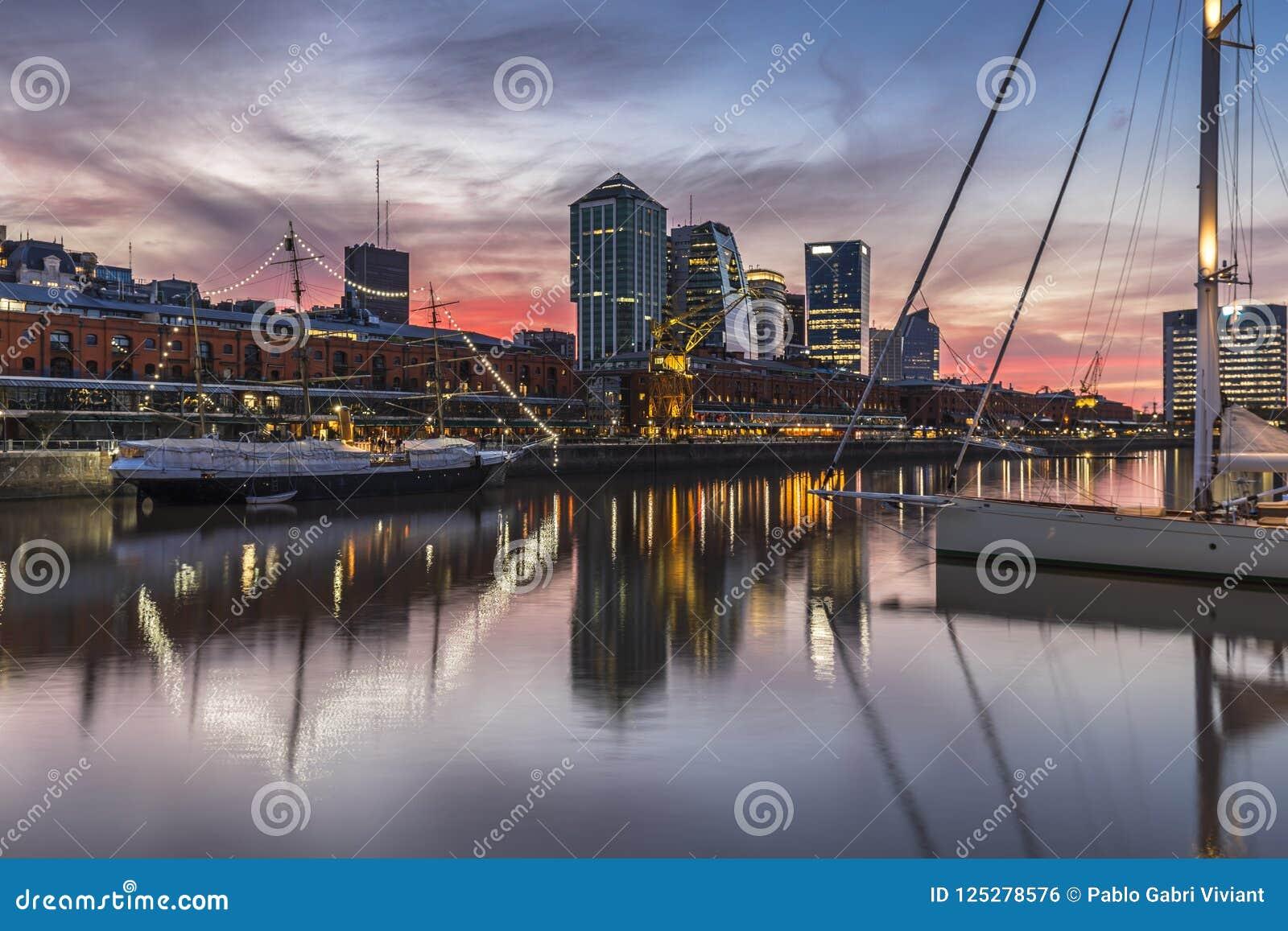 马德罗港著名邻里在布宜诺斯艾利斯,阿根廷在晚上